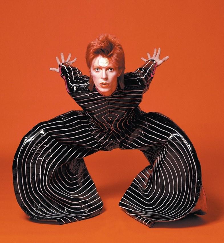 David Bowie con un costume disegnato da Kansai Yamamoto