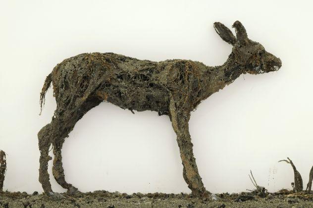 Enzo Fiore, Tavola Biologica N 1, 2015, tecnica mista su legno (resina, terra, foglie, radici, insetti...)