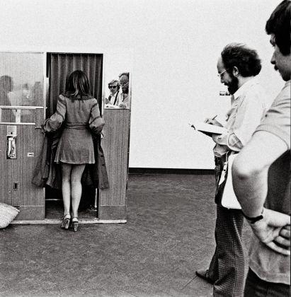 Franco Vaccari, Esposizione in tempo reale n°4. Lascia su queste pareti una traccia ortografica del tuo passaggio, Biennale di Venezia 1972, ricostruzione dell'opera, courtesy Franco Vaccari