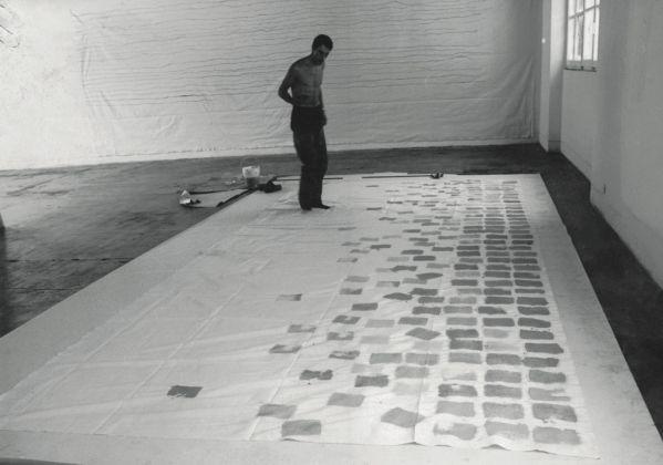 Giorgio Griffa mentre realizza una sua opera, Galleria Gian Enzo Sperone, Torino 1969