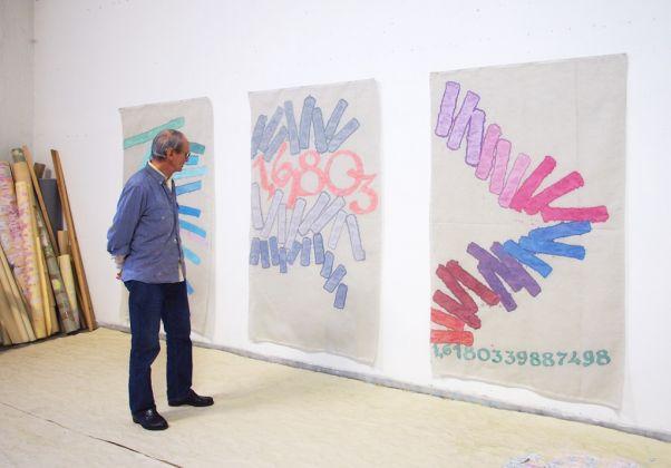 Giorgio Griffa nel suo studio di Torino. Courtesy Galleria Lorcan O'Neill