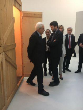 Il Presidente Mattarella e il Ministro Dario Franceschini dinanzi all'opera di Francesco Arena dedicata ad Aldo Moro