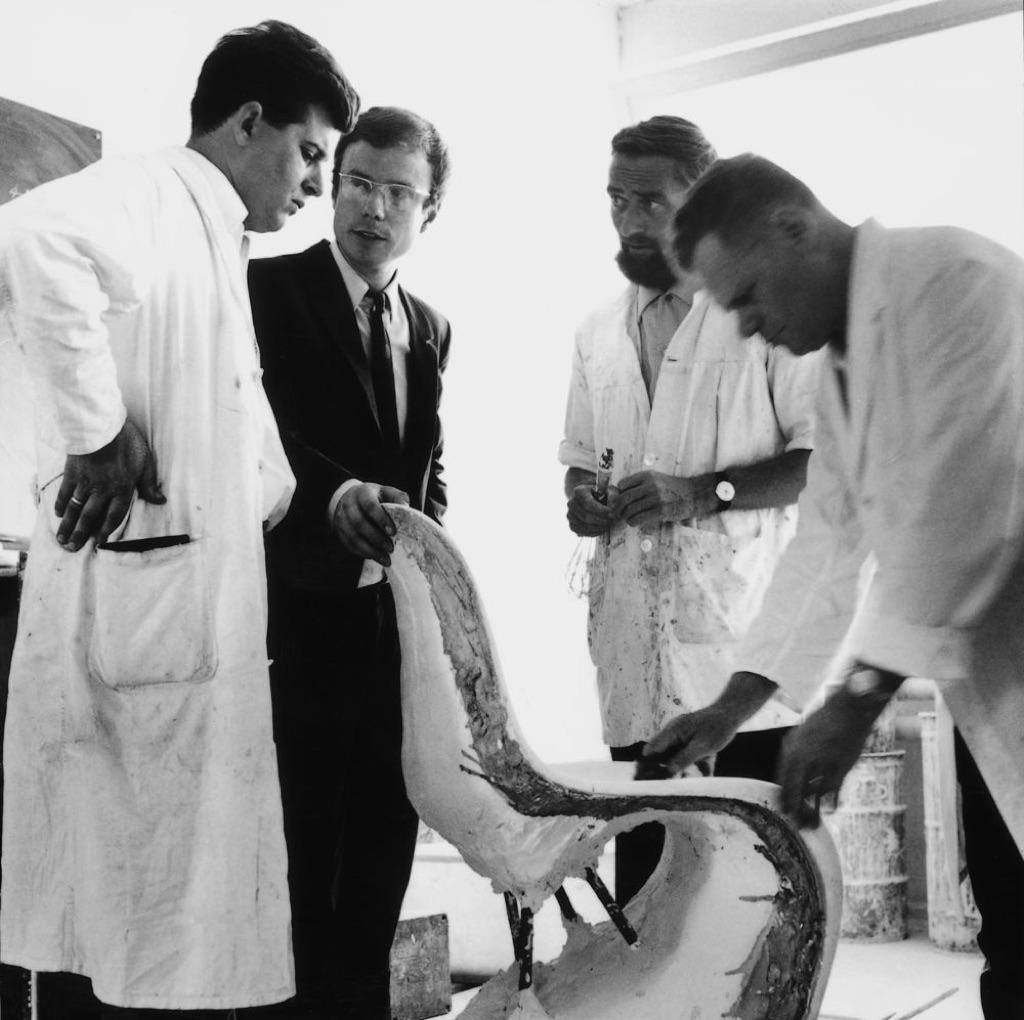 Il designer Verner Panton con l'imprenditore Rolf Fehlbaum (il primo a sx) e alcuni collaboratori, anni '60