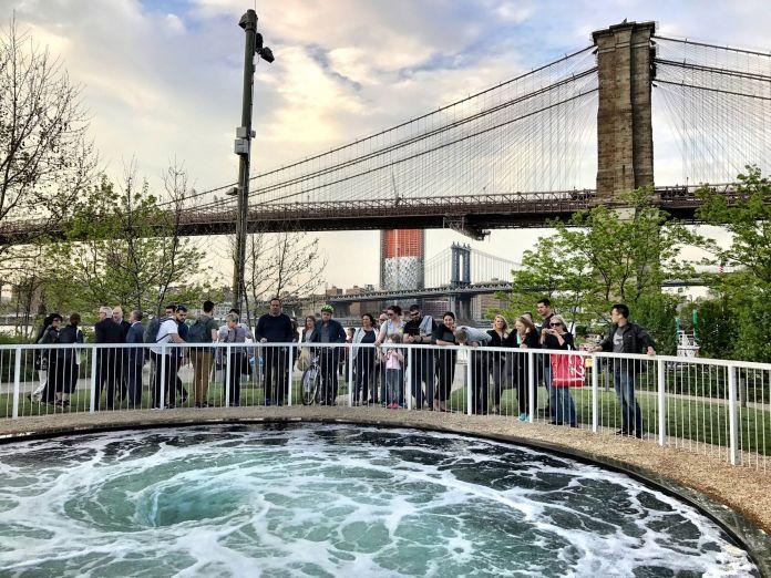 Il vortice liquido diAnish Kapoor nel Brooklyn Bridge Park