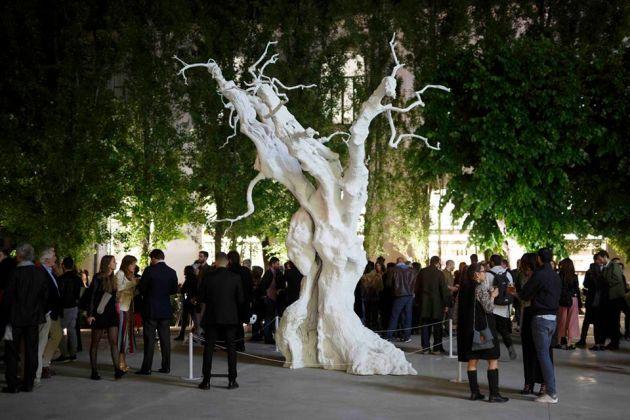 L'albero di Ugo Rondinone nella piazza del Maxxi