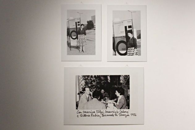 Marisa Volpi alla II edizione di Documenta, Kassel 1956. Marisa Volpi con Carla Lonzi, Maurizio Calvesi e Vittorio Rubiu alla XXVIII Biennale di Venezia nel 1956. Photo Carlotta Barillà