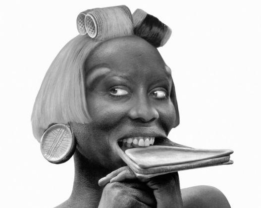 ORLAN, Femme surmas avec labret et visage de femme euro-stéphanoise avec bigoudis, 2000 © ORLAN / ADAGP
