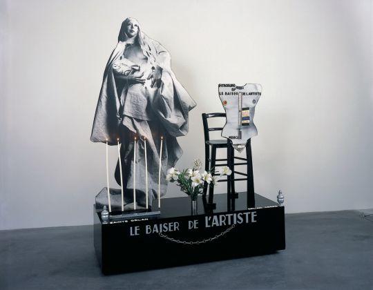 ORLAN, Sculpture et piédestal du Baiser de l'artiste, 1977 © ORLAN / ADAGP