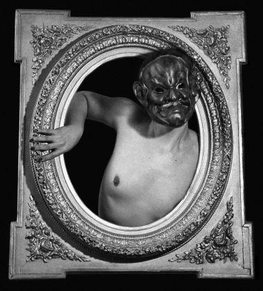ORLAN, Tentative de sortir du cadre avec masque et un seul bras. Version 3, 1965 © ORLAN / ADAGP