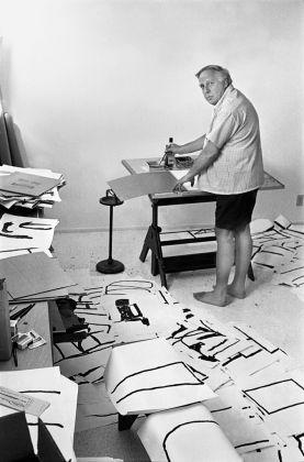 """Philip Guston lavora ai """"disegni puri"""". Photo Renate Ponsold"""