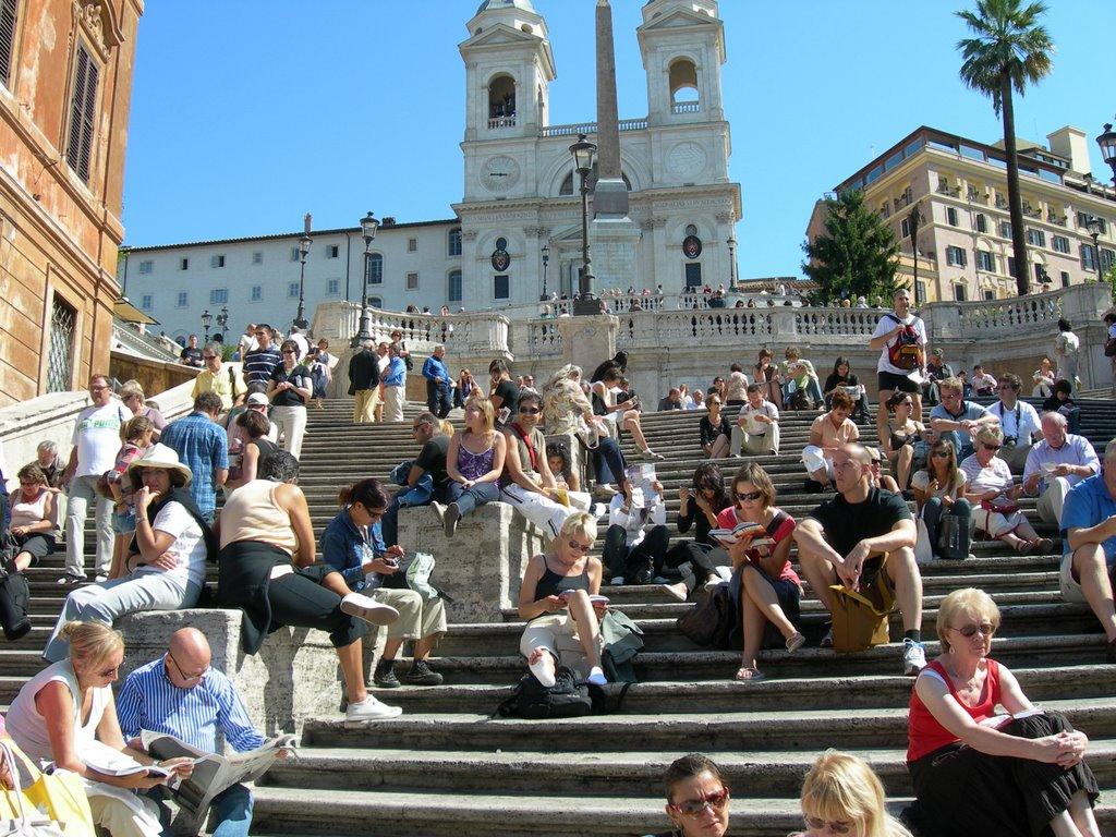 Piazza di Spagna, turisti sulla scalinata di Trinità dei Monti
