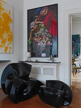 Poltrona e poggiapiedi, Fredrikson Stallard, King Bong - Di fronte, dipinto di Paul MacCarthy - A sx, dipinto di Christopher Wool. Photo Michael Paul