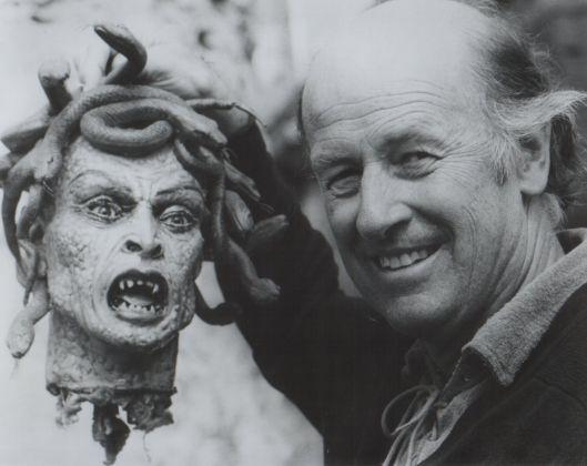 Ray Harryhausen con la testa di Medusa di Clash of the Titans (1981)