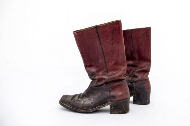 Senza titolo (stivali rossi di Andy Warhol), 1974-75. Collezione privata. Photo Francesca Ferrandi