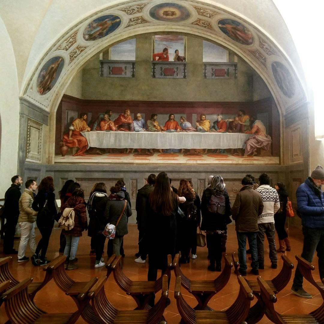 Turisti contemplano il Cenacolo di San Salvi, a Firenze. Ph. Twitter