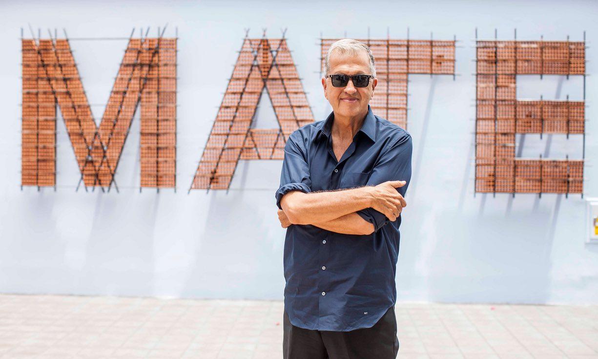 Mario Testino ritratto all'ingresso del suo museo MATE a Lima