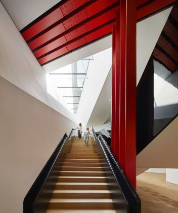 Descending staircase, the V&A Exhibition Road Quarter, designed by AL_A ©Hufton+Crow