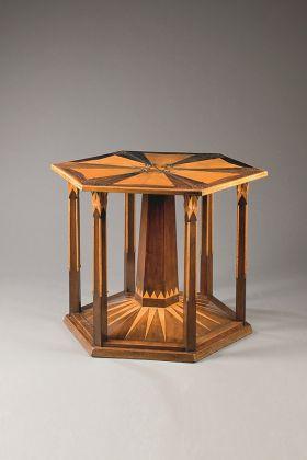 Jan Kotěra (1871-1923), Interno per Ferdinand Tonder, LL.D., 1902, Praga Tavolino esagonale grande. Impiallacciatura di noce e palissandro, acero intagliato, intarsi; alt. 78 cm, diam. 102 cm. UPM inv. n. 43 548