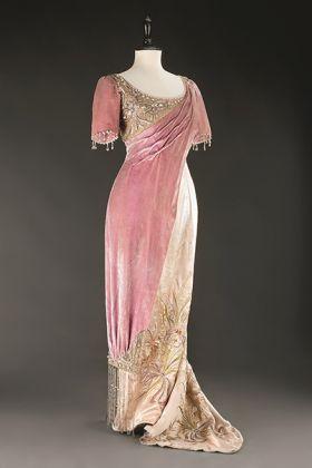 Helene Neumann, Wollzeile, Vienna. Abito da ballo, 1910-1912 Chiffon e raso di velours, stoffa di lana, seta ricamata e perle di vetro; lungh. 200 cm. UPM inv. n. 57 754