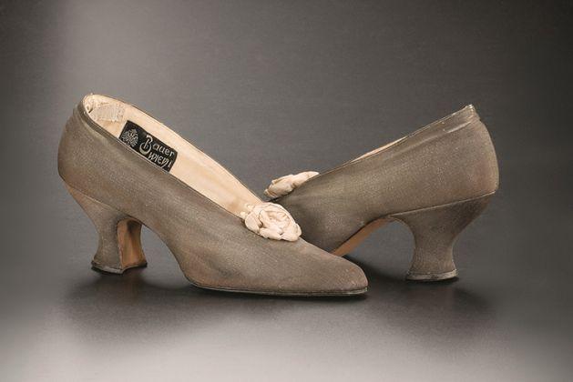 H. Bauer, k.u.k. Hoflieferant (Imperialregio fornitore di corte). Scarpe décolleté da sera, 1910 circa, Vienna Lamé d'argento, pelle, seta; lungh. 24,5 cm. UPM inv. n. 69 490 a, b