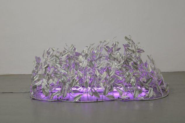 Vittorio Corsini, Eros 10.5 (prato illuminato), 2011, scultura, acciaio in bagno di stagno e neon