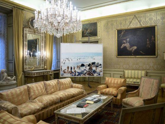 Garland Salon. Exhibition view at Ambasciata d'Italia, Vienna 2017 (al centro, un'opera di Massimo Vitali). Photo G. Gava