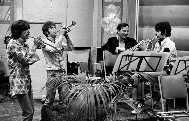 George Harrison, John Lennon, Paul McCartney e Brian Epstein