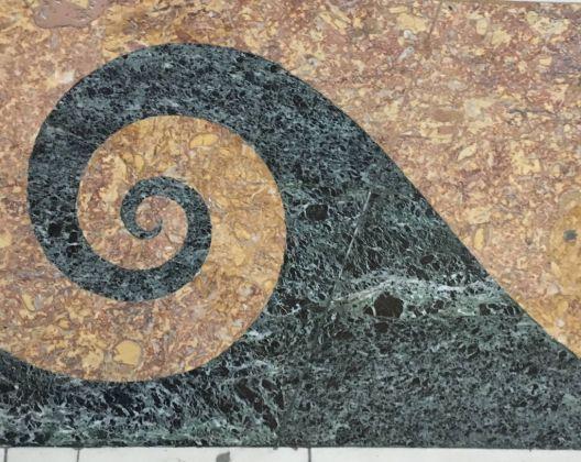 Il motivo che richiama il pavimento della sala Astrea della Reggia di Caserta che ha ispirato Daniele Sigalot per Il cielo ai piedi di Astrea. Photo Simone Piresti