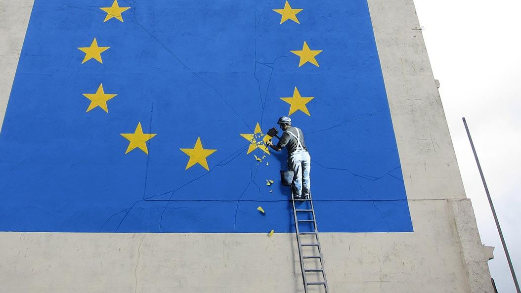 Il murales di Banksy su Brexit, nella città britannica di Dover