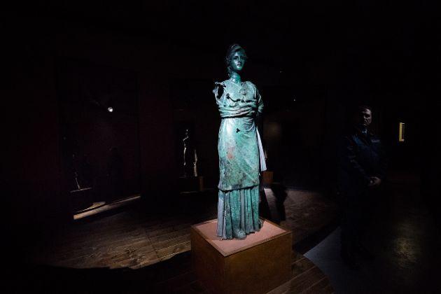 L'antica Minerva bronzea temporaneamente esposta al Palazzo Fraternita, sede di Oro d'Autore. Collezione di Gioielli Contemporanei
