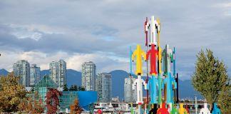 Jonathan Borofsky, Structures humaines Vancouver, 2010, 64 figures. Prêt de la Biennale de Vancouver, en collaboration avec la Collection d'arts visuels de l'Université McGill. Photo GoToVan