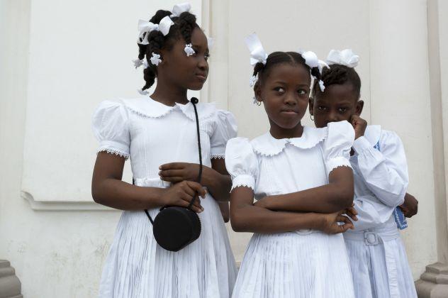 Darren Ell, Fillettes haïtiennes devant la cathédrale Notre-Dame, Cap-Haïtien, Haïti, de la série « Cap-Haïtien et Shada », 2008