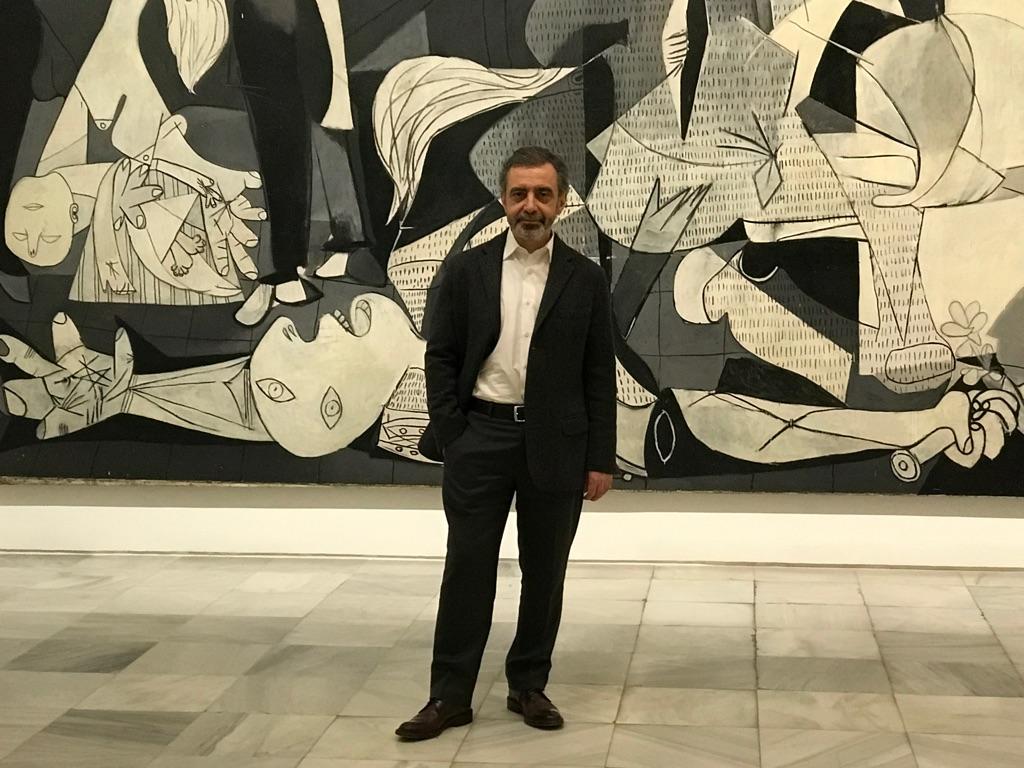 Manuel Borja Villel, direttore del Museo Reina Sofia. Alle sue spalle, Guernica di Picasso