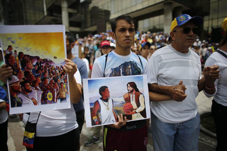 Oscar Olivares, in primo piano ale cnetro, mentre partecipa auna marcia di protesta Ph. Ariana Cubillos AP