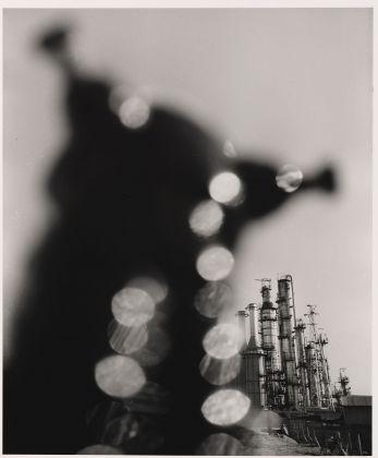 Shomei Tomatsu, Impianto petrolchimico. Yokkaichi, Mie, 1960. © Shomei Tomatsu Estate. Courtesy Priska Pasquer