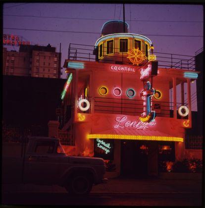 Tina Zuccoli, New York, 1964, diapositiva colore, 6x6 cm, courtesy Fondazione Fotografia Modena (Fondo Tina Zuccoli)