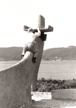 Vittorio Giorgini sul camino della Casa Saldarini il giorno della chiusura del cantiere, 1962, Baratti (LI), Courtesy Associazione B.A.Co. – Archivio Vittorio Giorgini
