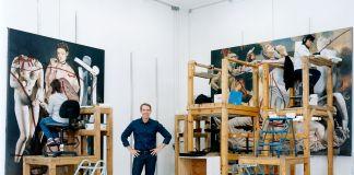 Jeff Koons fotografato nel suo studio nel 2016