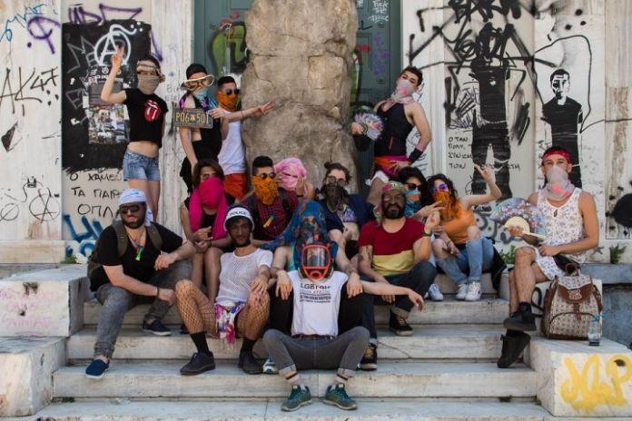 Lgbtqi+ Refugiati in Grecia con l'opera di Roger Bernat trafugata (photo courtesy Lgbtqi+ Refugees in Greece)