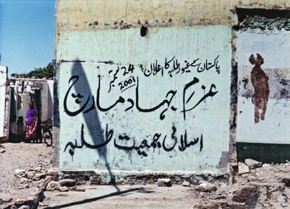 NAIZA H. KHAN, Henna Hands, 2002 Pigmenti hennè sul muro, dimensioni variabili. Progetto site-specific vicino alla Stazione Cantonment a Karachi