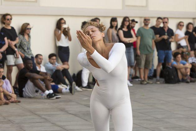 To Corpse la performance di Eddie Peake al Madre, Napoli