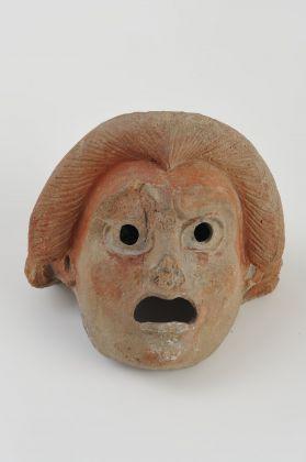 Antefissa a maschera teatrale comica (V 6), I secolo d.C. terracotta, cm 15,9×16,2, Soprintendenza Pompei, photo Roberto Della Noce e Francesco Saverio Esposito/MEF