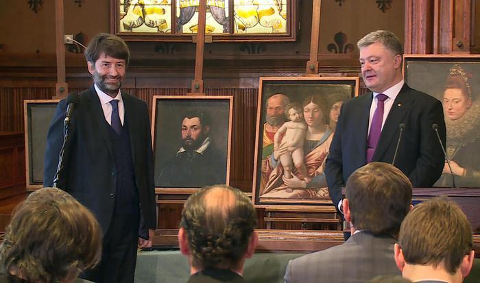 Il ministro dei Beni Culturali Dario Franceschini con il presidente ucraino Petr Poroshenko durante la riconsegna dei quadri trafugati al museo di Castelvecchio di Verona, 21 dicembre 2016.