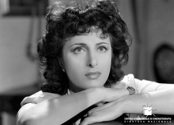 Anna Magnani, Avanti a lui tremava tutta Roma di Carmine Gallone (1946). Foto di Osvaldo Civirani