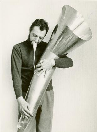 Arrigo Lora Totino e il liquimofono a fiato, 1970, credits Fondazione Bonotto