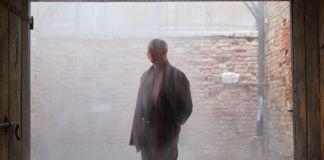 Axel Vervoordt dentro l'opera di Ann Veronica Janssens alla mostra Intuition, Palazzo Fortuny, Venezia 2017. Photo © Jean Pierre Gabriel