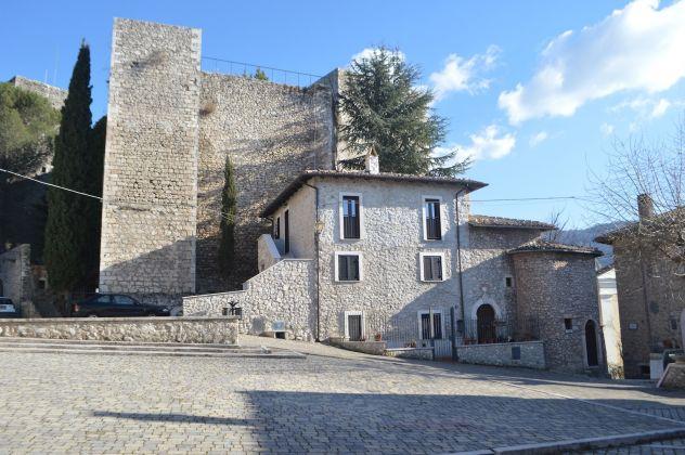 Borgo di Pereto, Piazza Maccafani