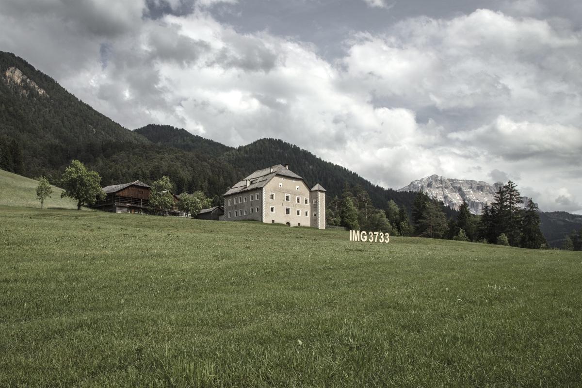 Se non capisci una cosa cercala su YouTube, lettere in legno 15x2 metri, Val Badia (Piccolino), SMACH 2017 fotocredit: Gustav Willeit - guworld.com