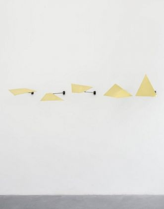 David Prytz, Un Chartered, 2017, ottone, dimensioni varie, photo Roberto Apa, courtesy of the artist and Galleria Mario Iannelli