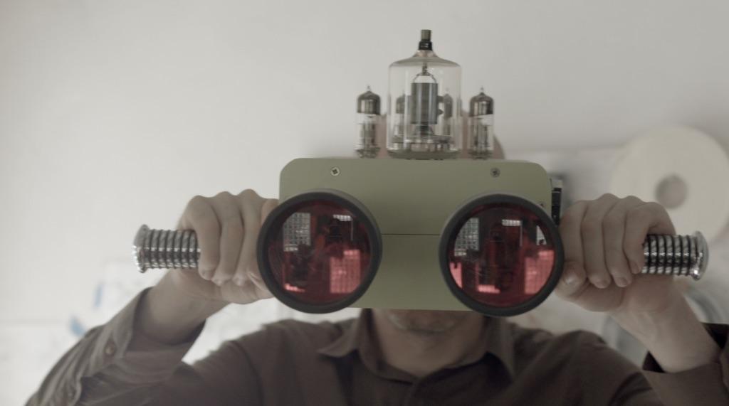 Dominic Wilcox con i suoi Future viewing binoculars